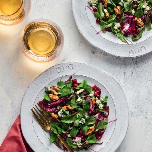 Salada de folhas com nozes caramelizadas e vinagrete de romã