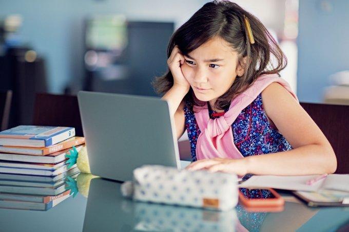 menina cansada computador