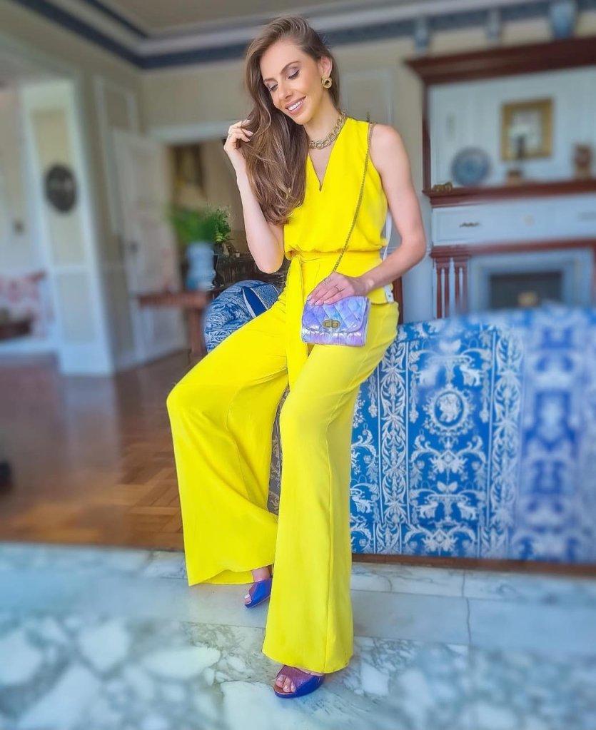 O amarelo se complementa com o azul.