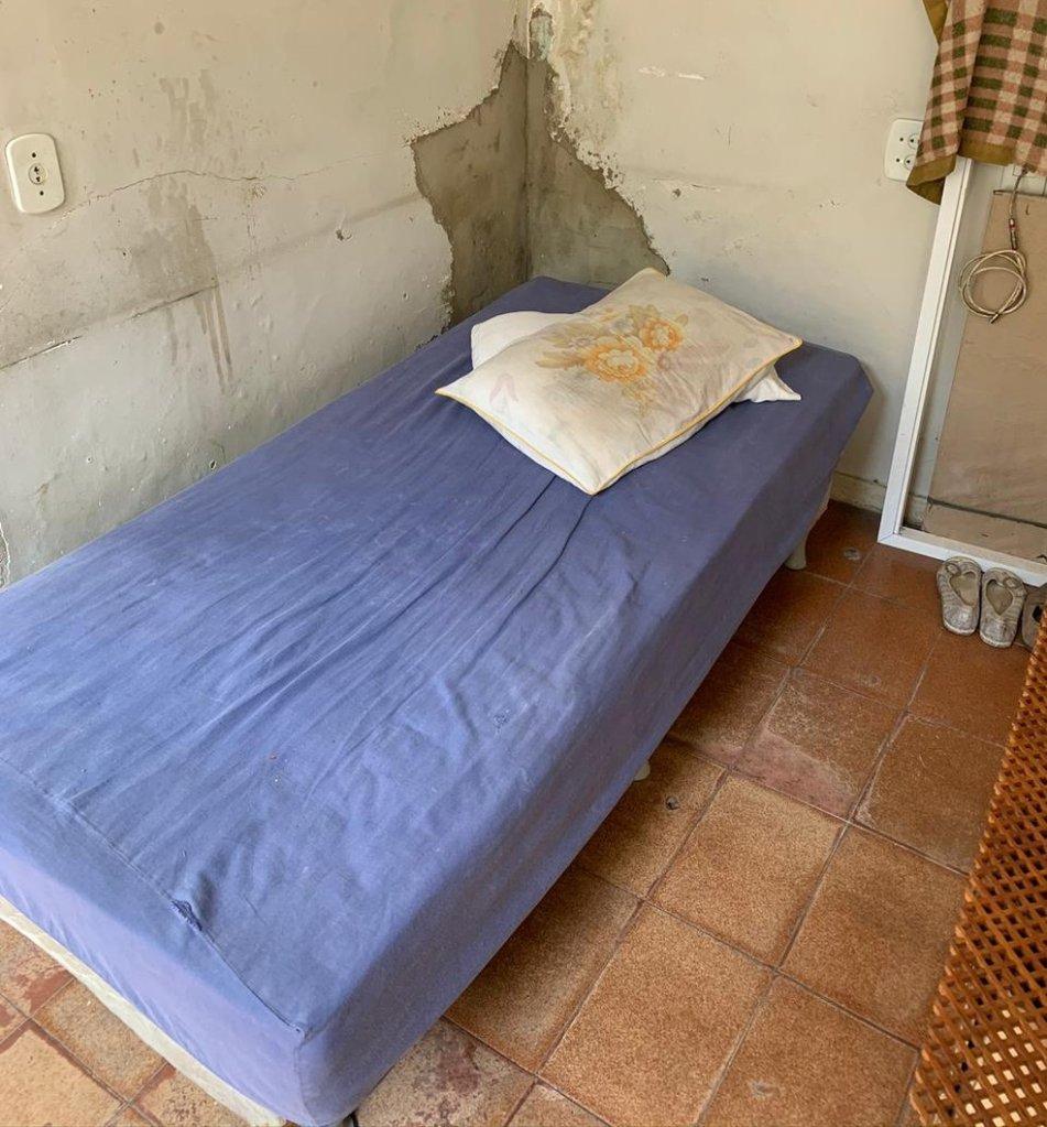 Quarto onde vivia idosa mantida em situação análoga à escravidão