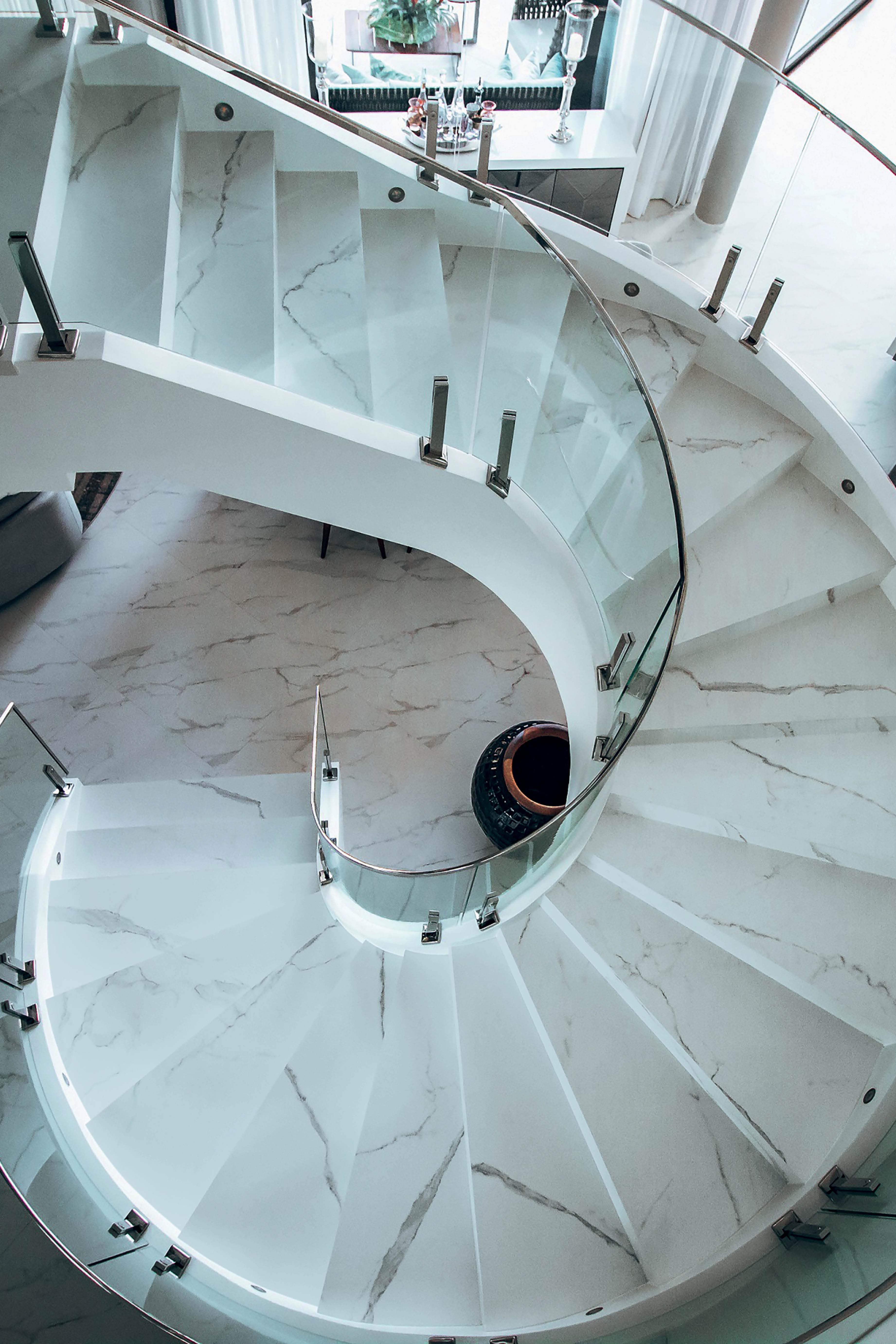 Escada de porcelanato Calacatta, da Decortiles
