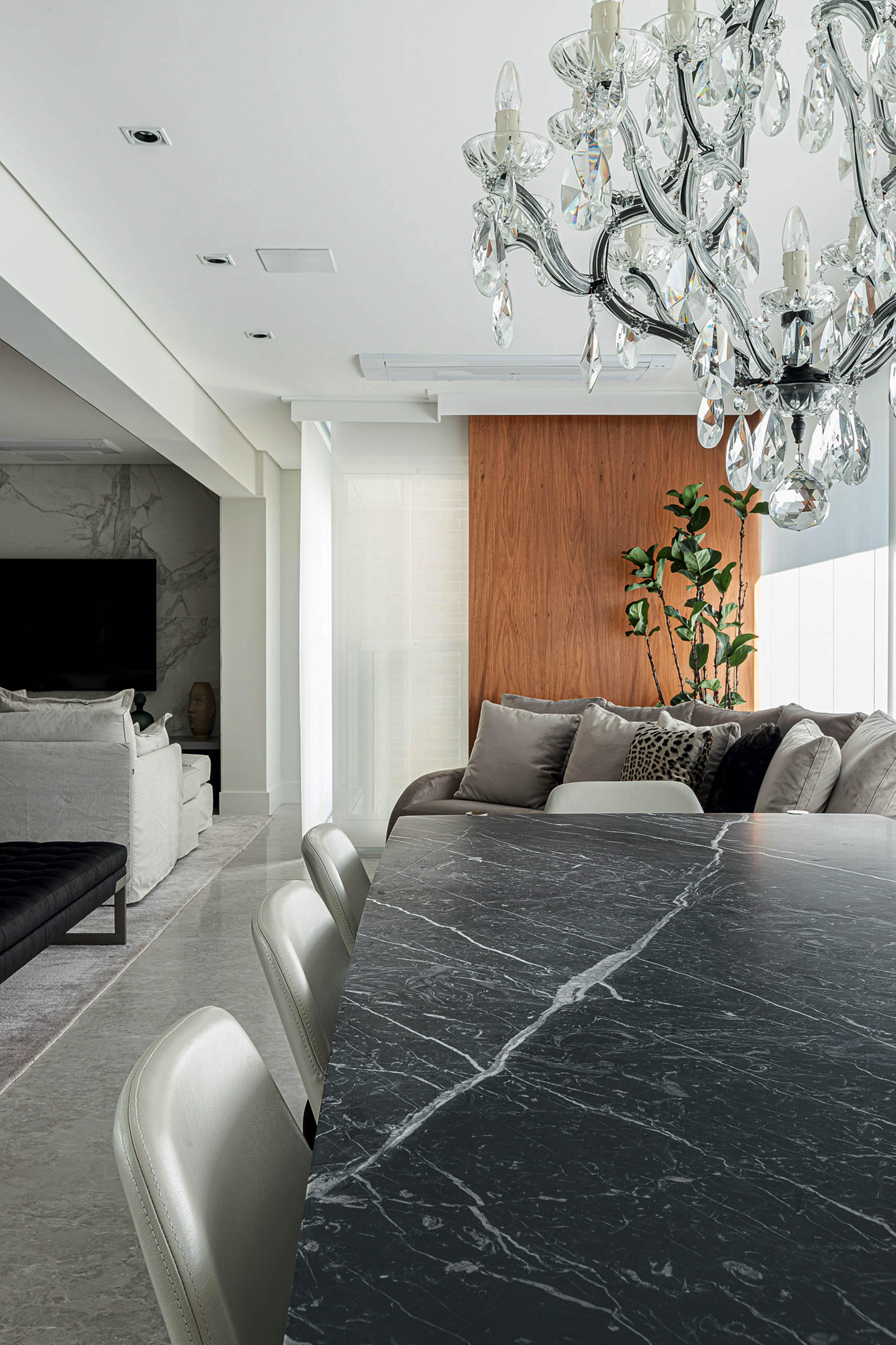 Aqui, o tampo da mesa é feito do imponente mármore Nero