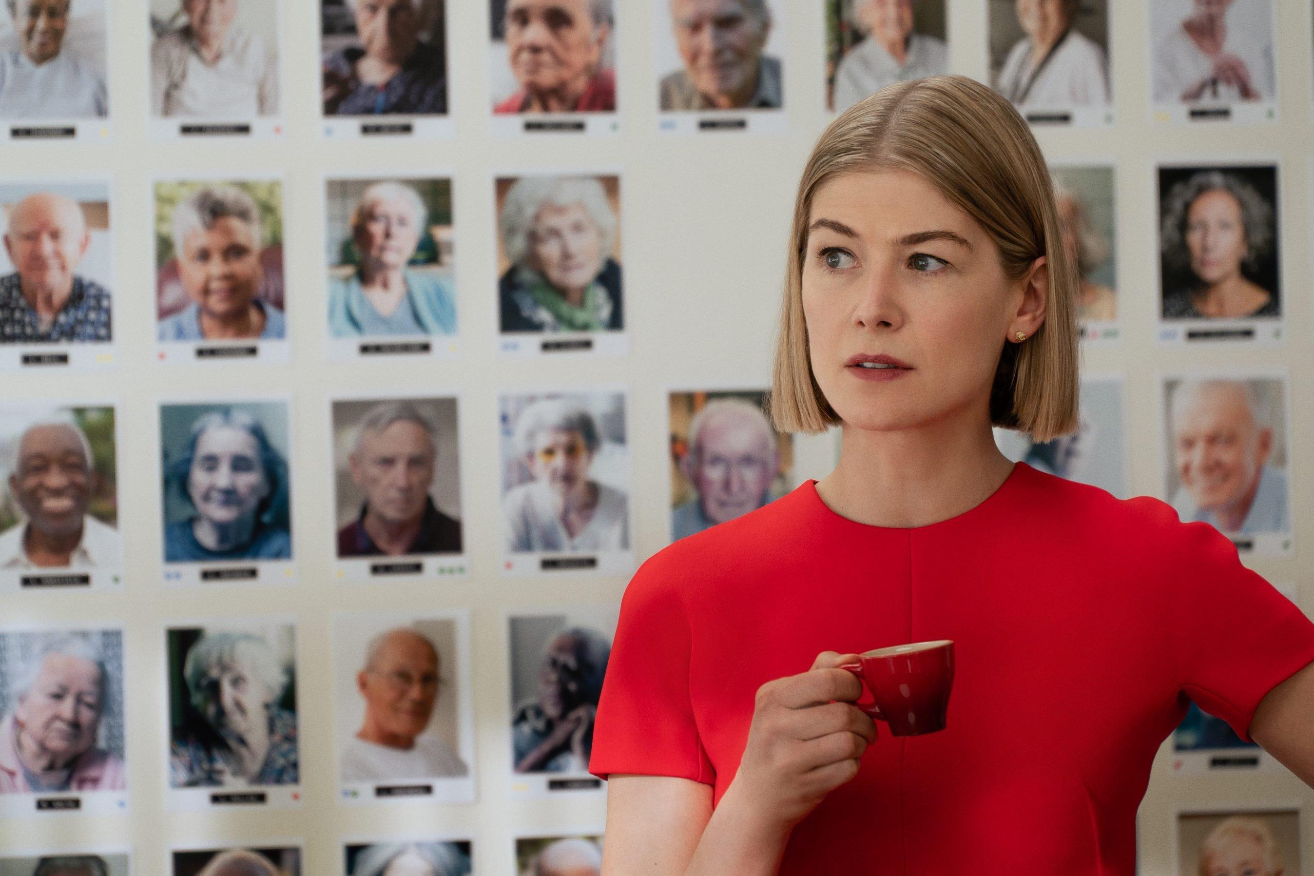 A atriz Rosamund Pike no filme 'Eu Me Importo' (2020), da Netflix