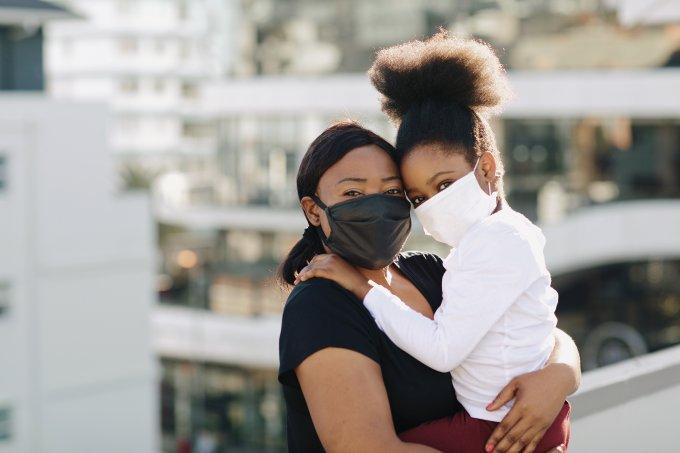 Mãe e filhas de máscara