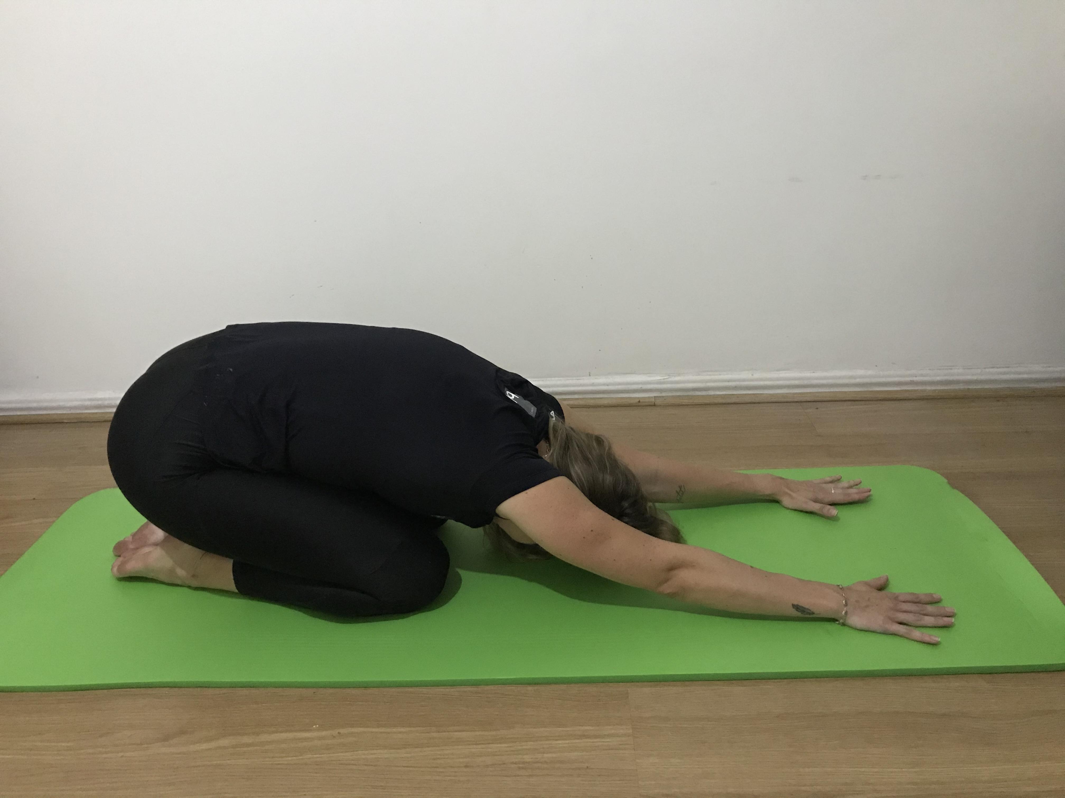 alongamento flexão da coluna sobre as pernas