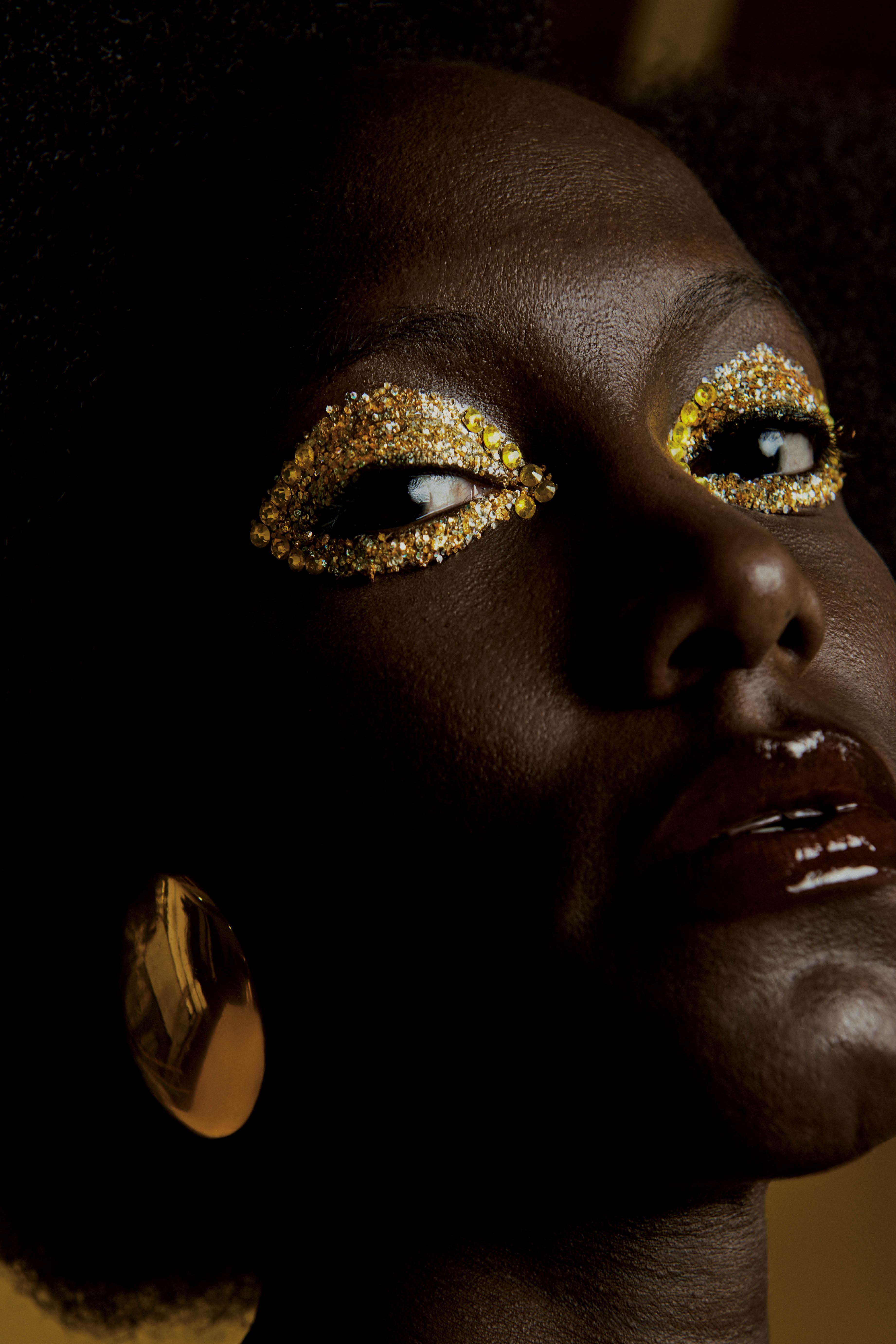 Olhos com sombra dourada e aplicações