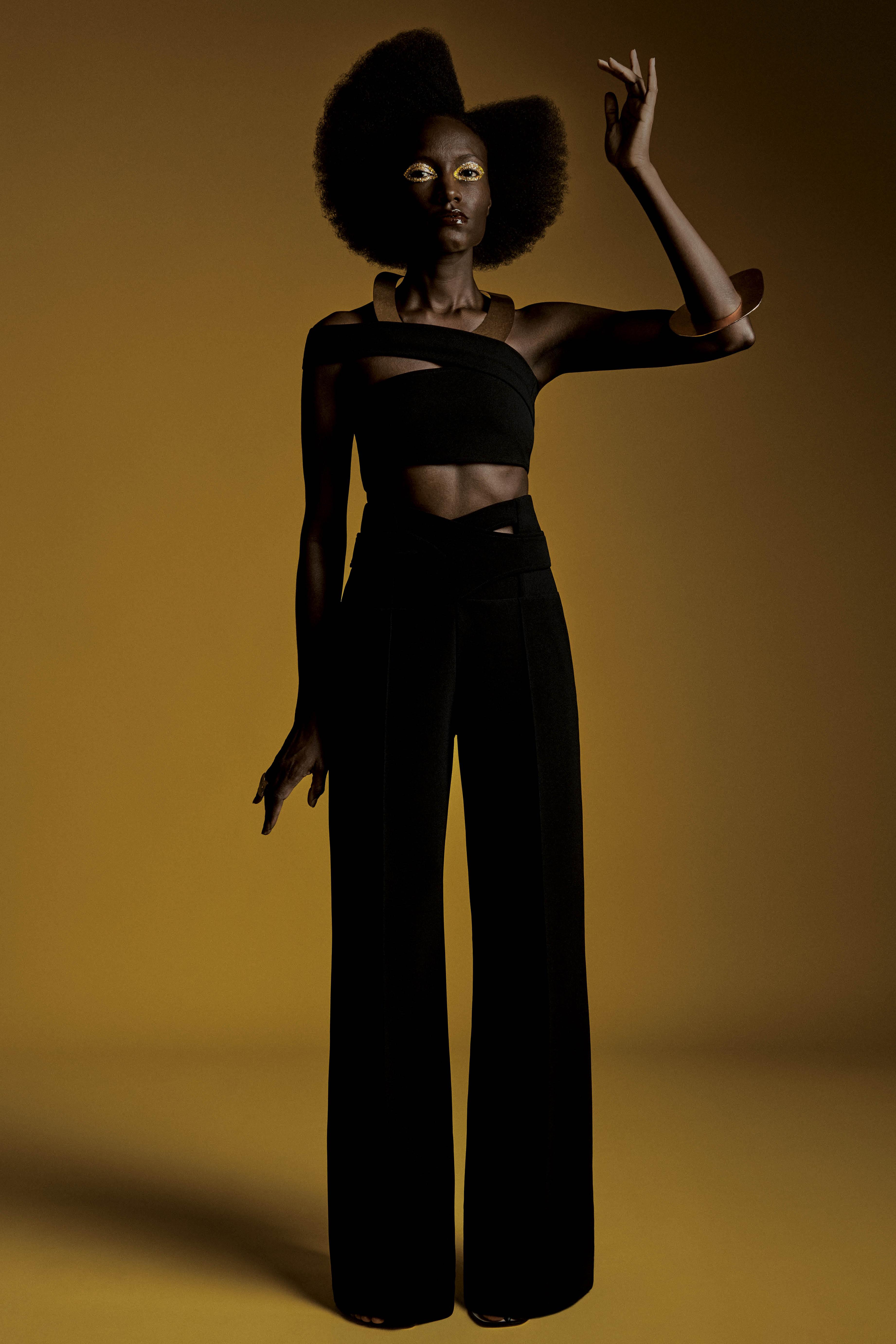 Look preto com acessórios dourados