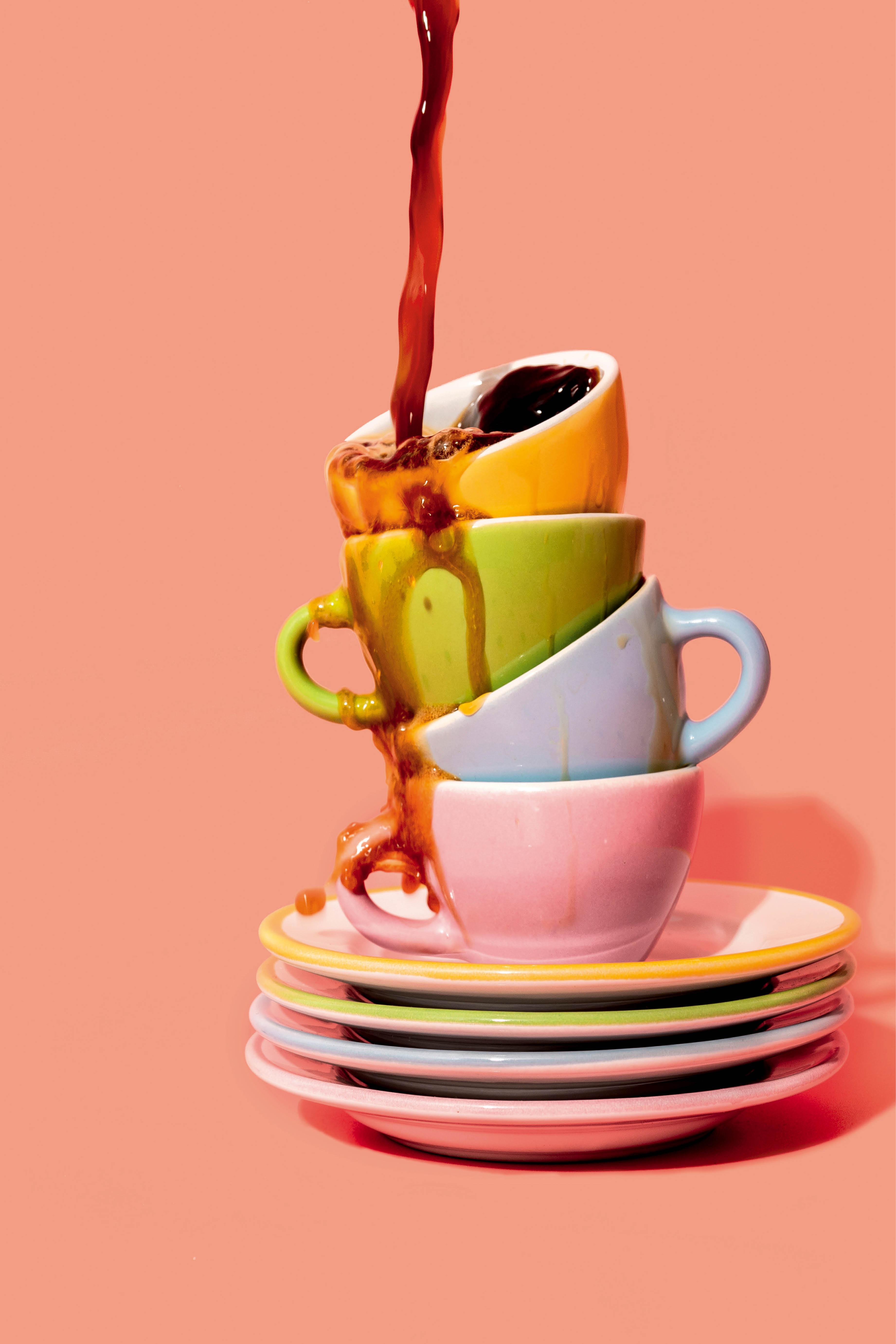 xícaras de café num fundo cor-de-rosa