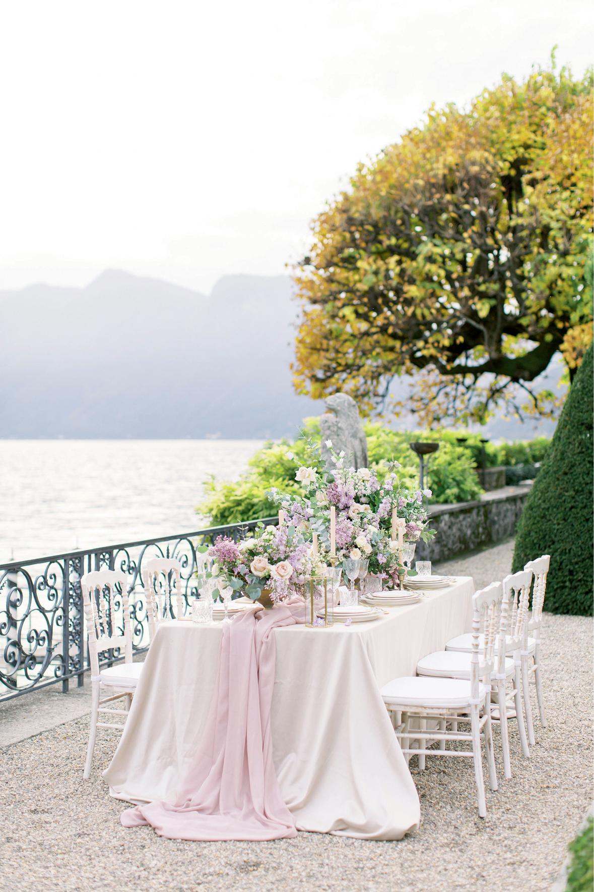 Cenário com um lago ao fundo e mesa montada para festa