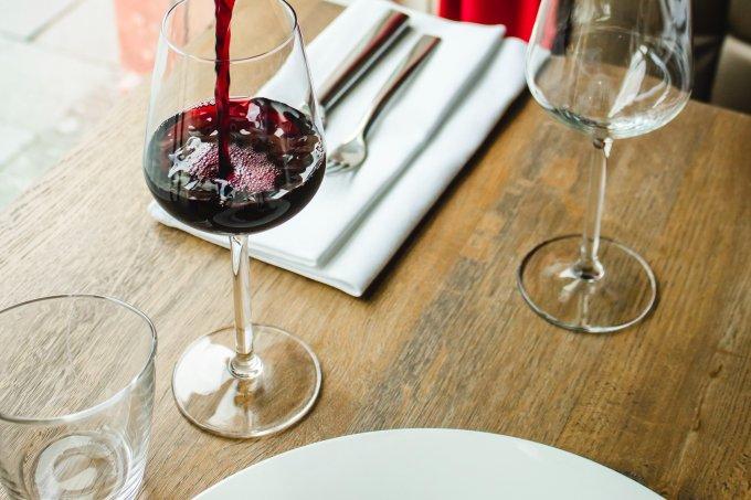 taça de vinho tinto à mesa