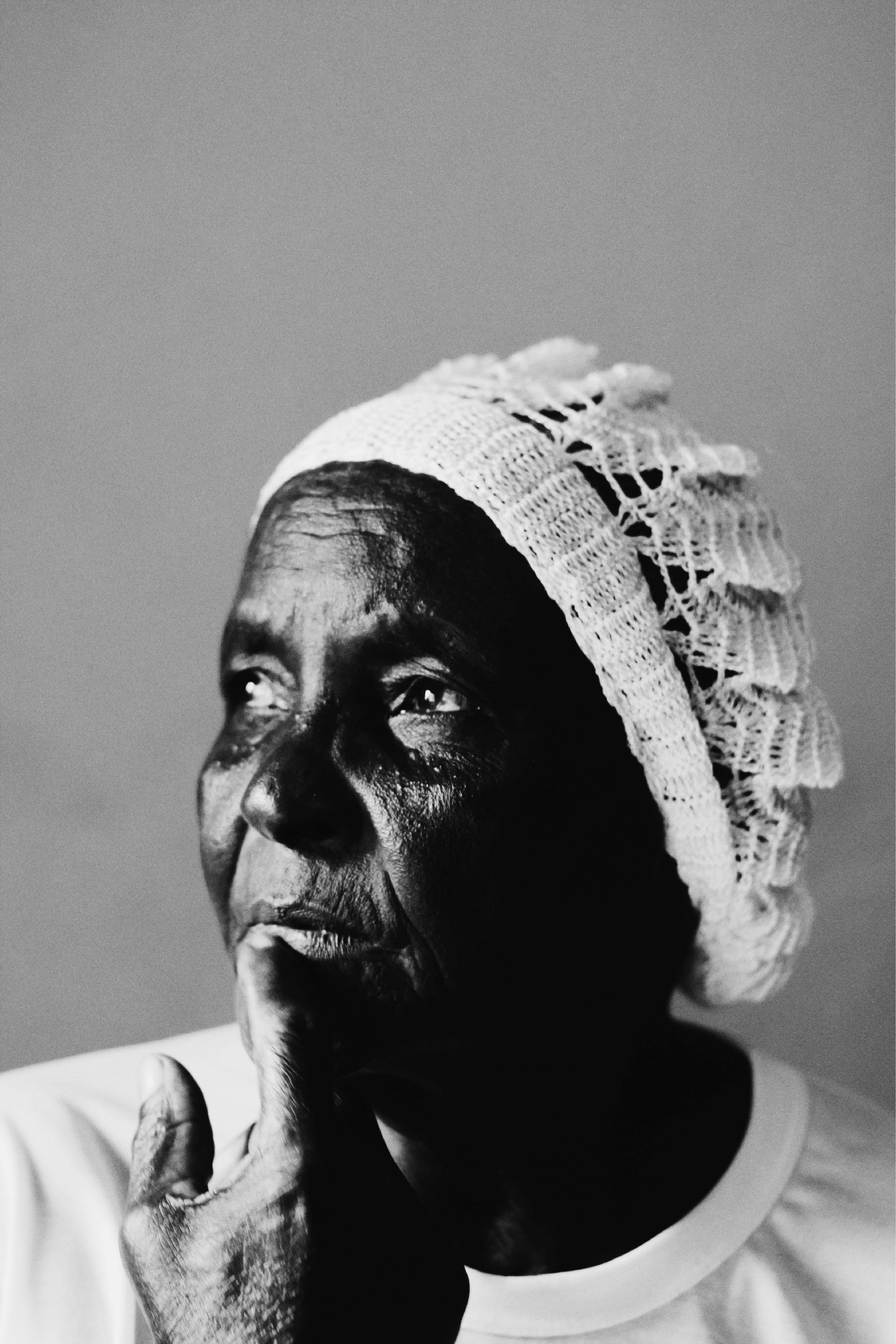 mulher com toca de crochê olha para o lado