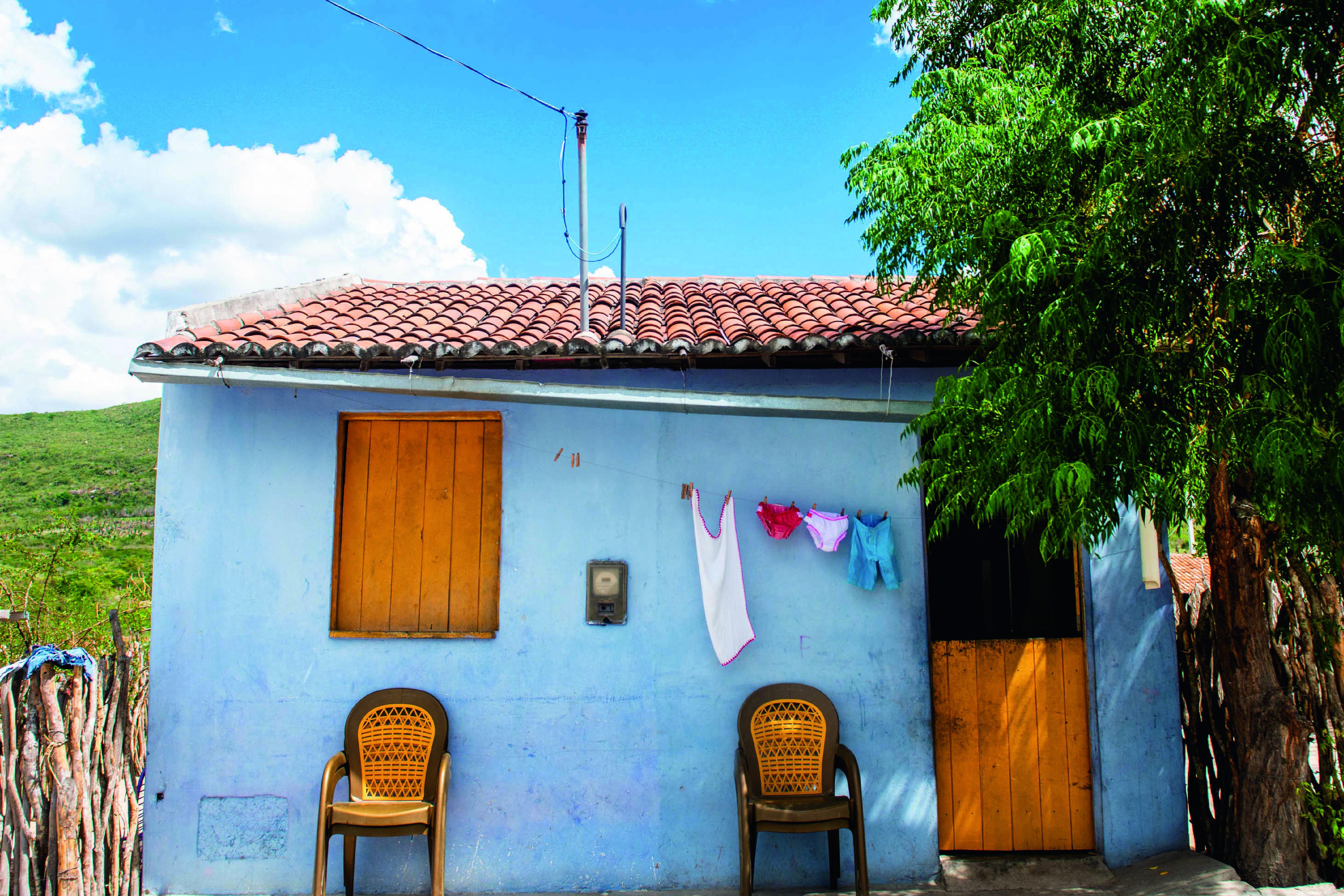 Casa azul com porta e janela amarela