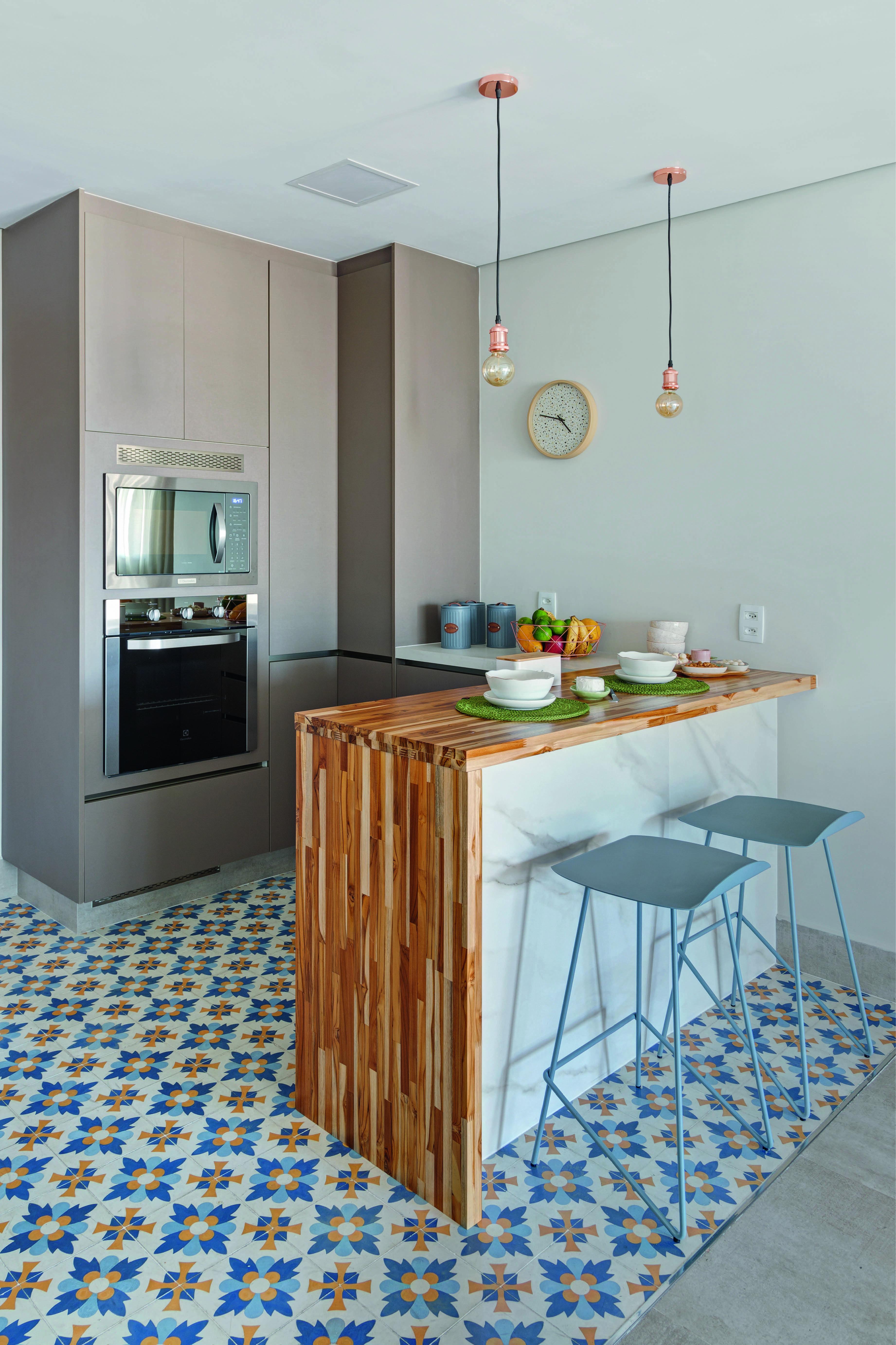 A cozinha colorida foi projetada por Juliana Bianchi e Amanda Lima,