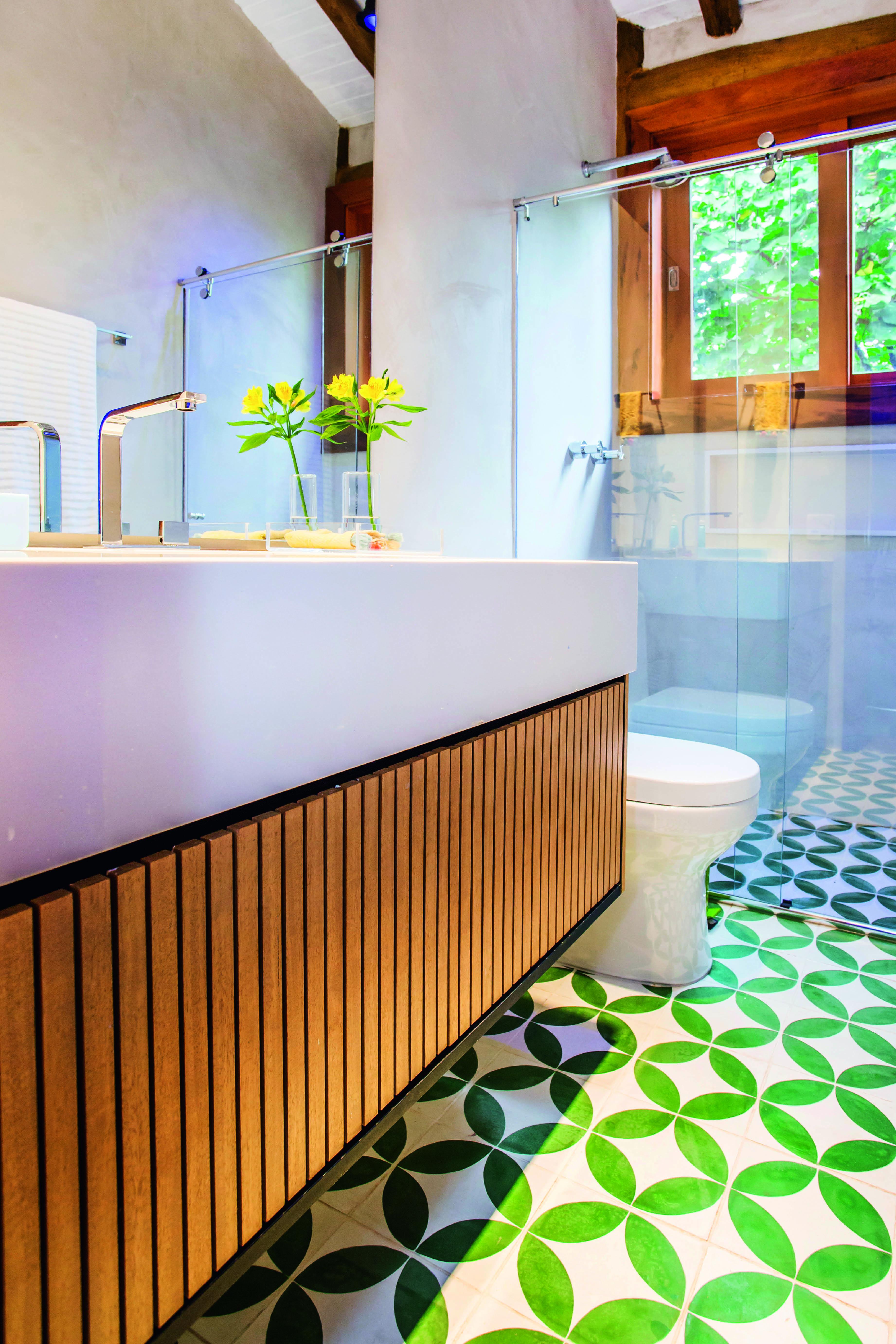 O banheiro dessa moradia no município de São Sebastião, litoral de São Paulo, ganhou mais cor com o projeto dos arquitetos do estúdio Carlito e Renata Pascucci