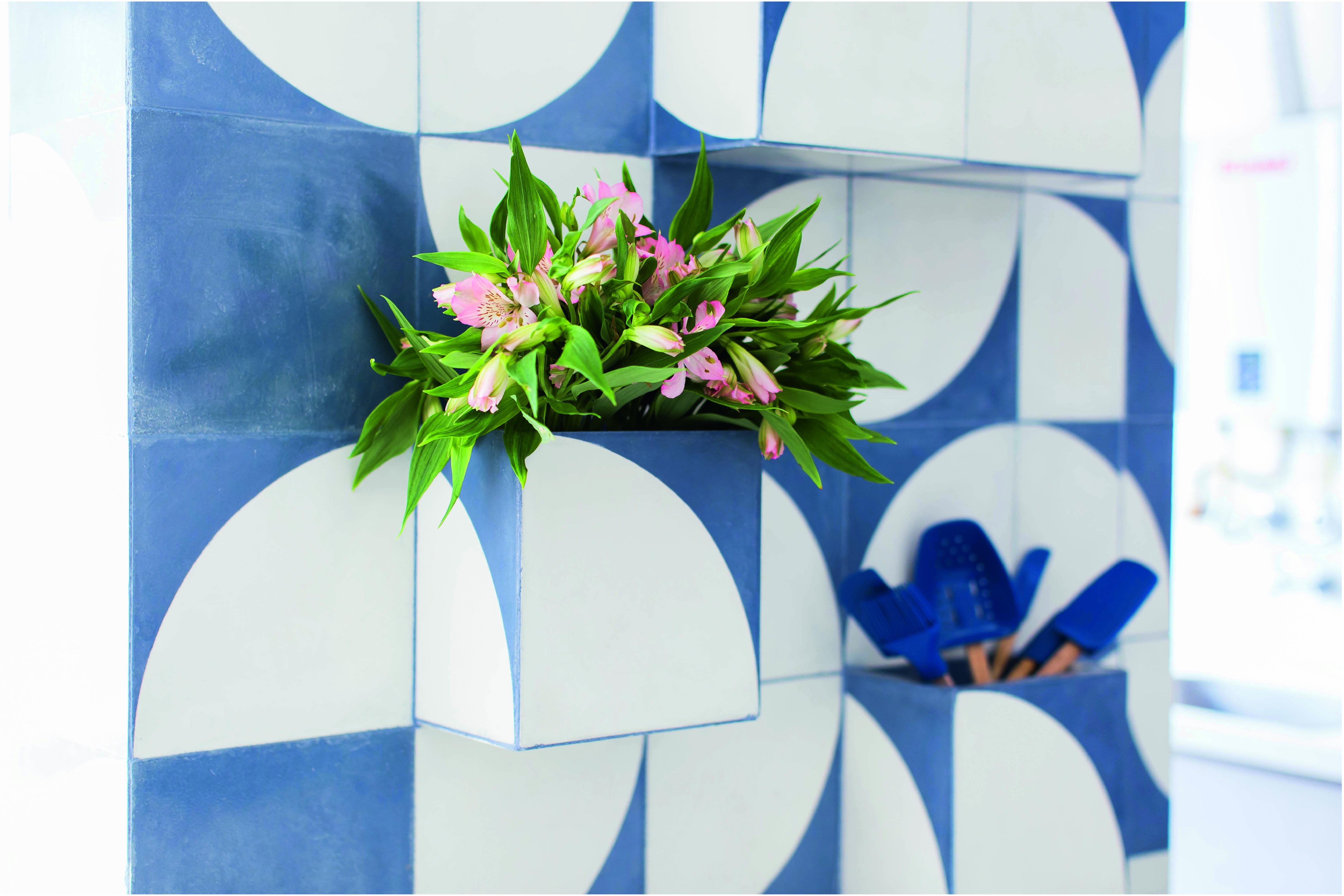 O projeto da arquiteta Tatiane Waileman traz nichos no mural de ladrilhos hidráulicos