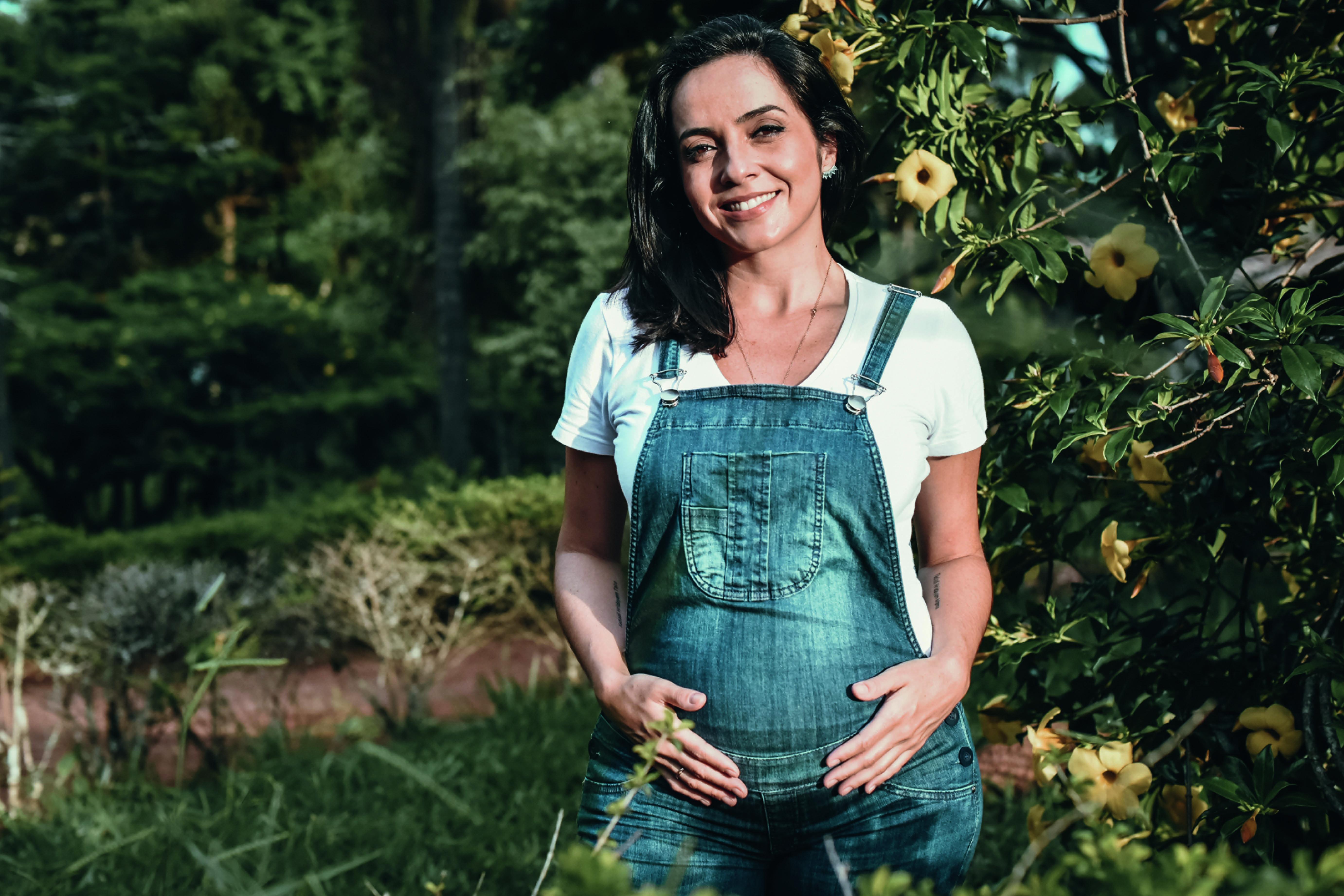 Izabella posa com a gravidez adiantada