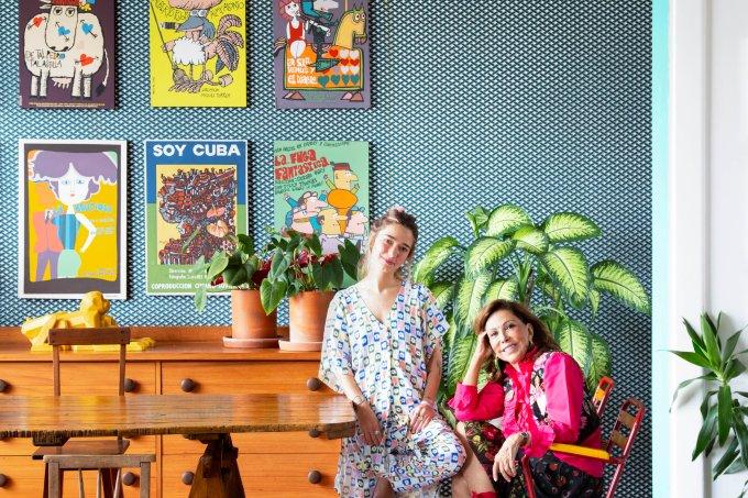 A paisagista Anna Luiza Rothier e a sobrinha, a estilista Francisca Capeto, posam diante de Antúrios e uma Comigo-ninguém-pode gigante