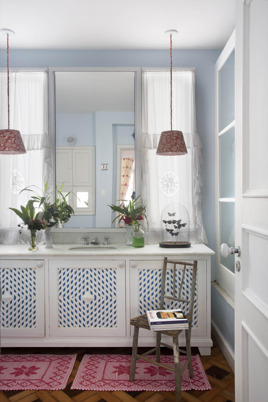 Banheiro com arranjos simples e delicados criados por Anna Luiza Rothier