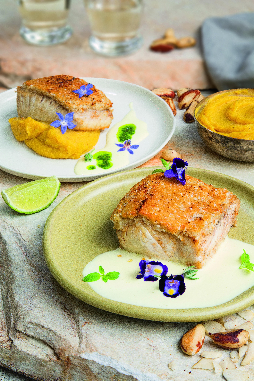 Peixe com crosta de castanha-do-pará e purê de banana-da-terra