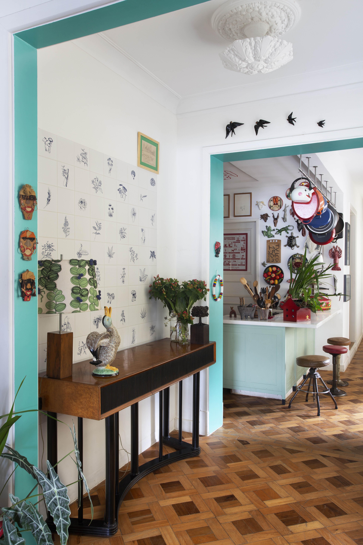 O hall Hall traz azulejos da série Panacea Phantastica, de Adriana Varejão, e abajur revestido com tecido de Josef Frank, da Svenskt Tenn