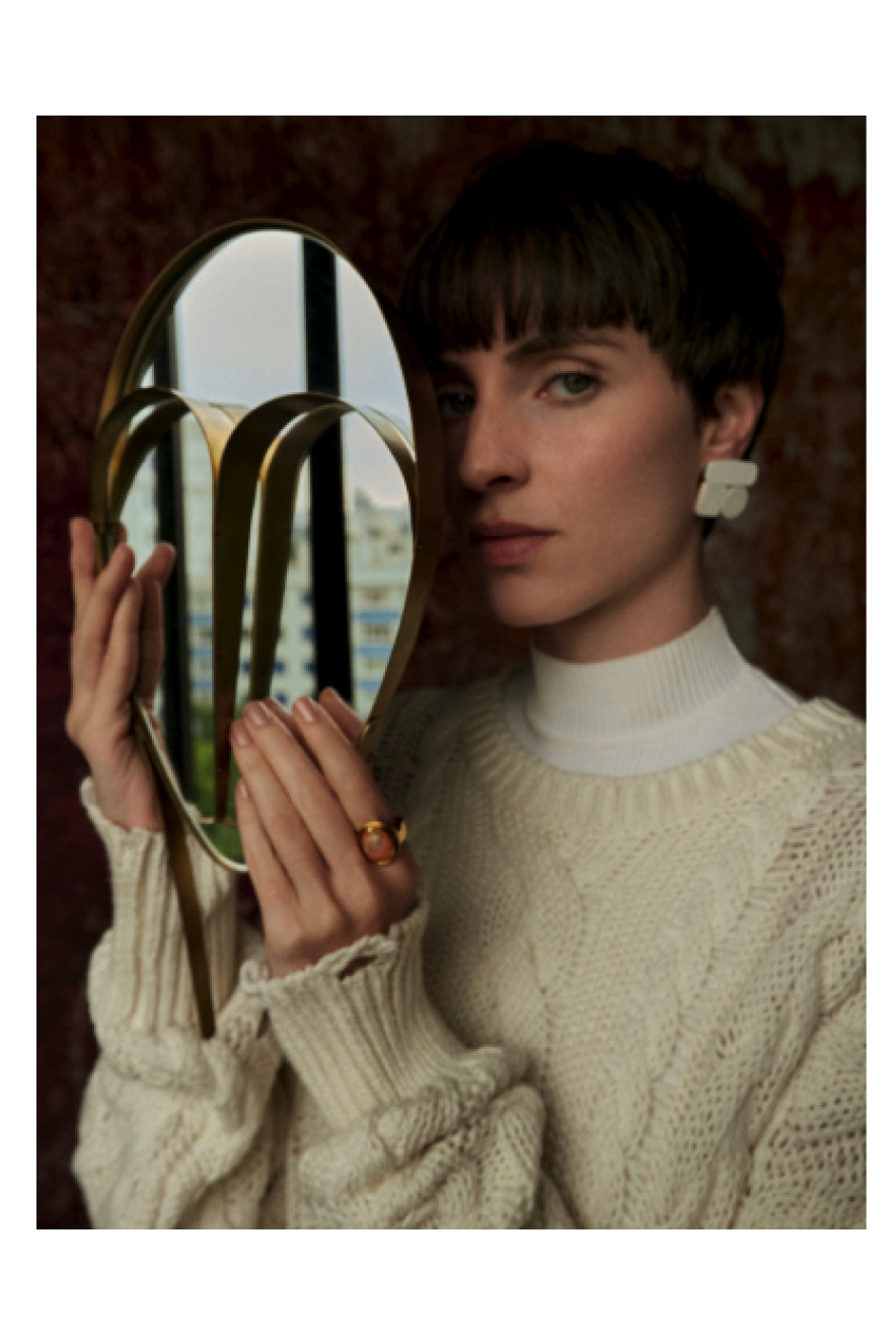 mulher com roupa branca segura espelho