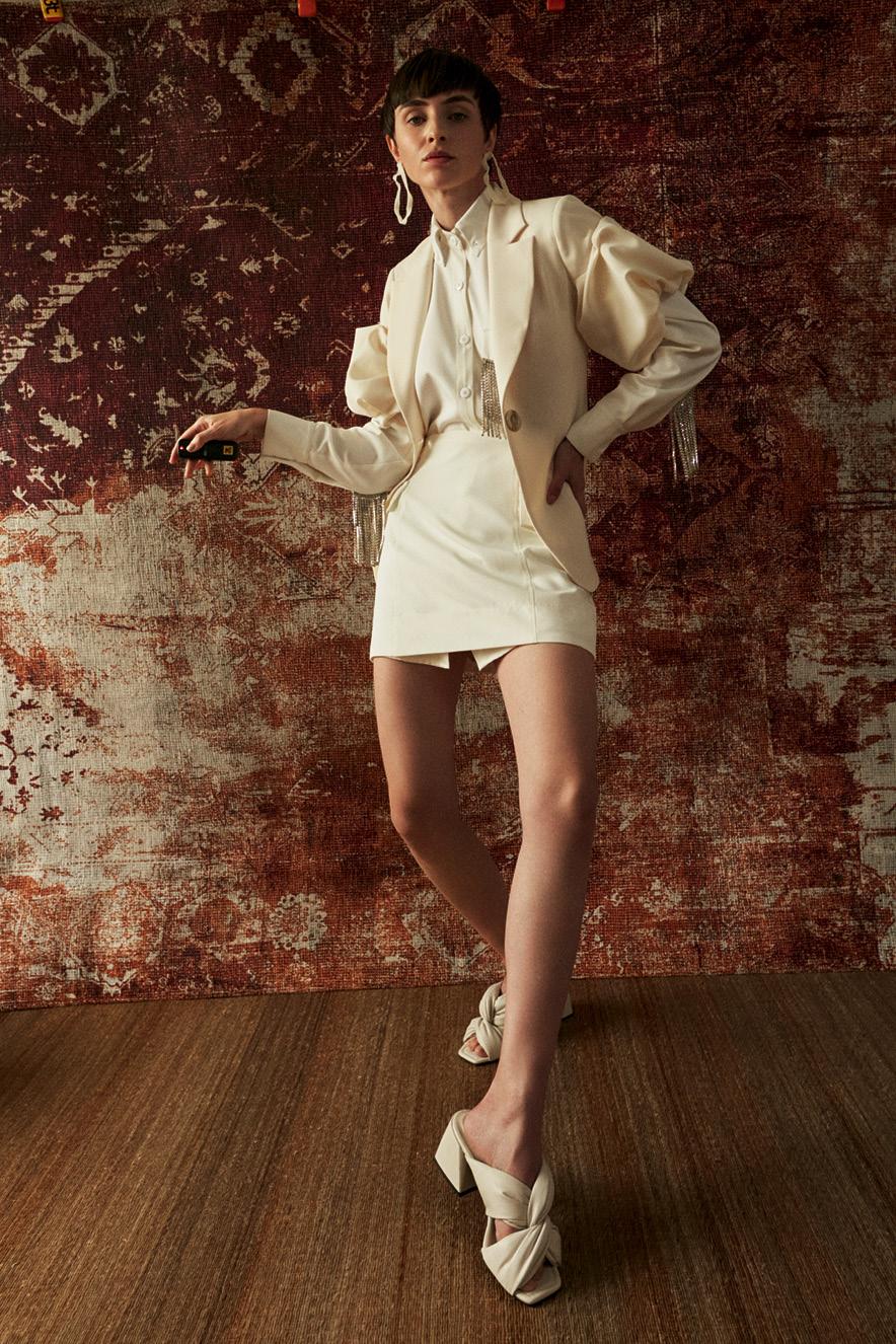 Foto de modelo com roupas brancas
