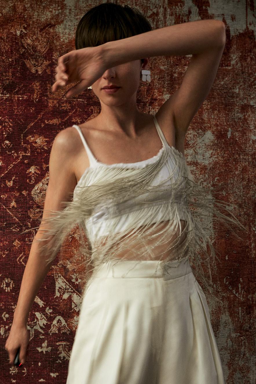 Mulher com blusa de franja é fotografada em movimento