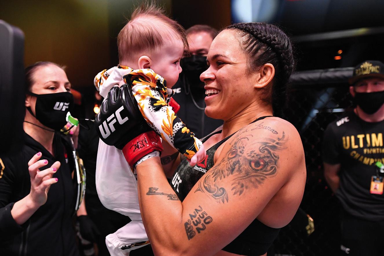 Amanda segura sua filha neném no colo