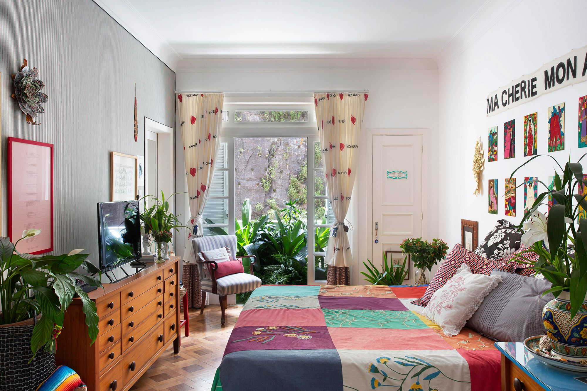 Na varanda do quarto da estilista estão as espécies vriesias, neomaricas, pleomelles e dracenas