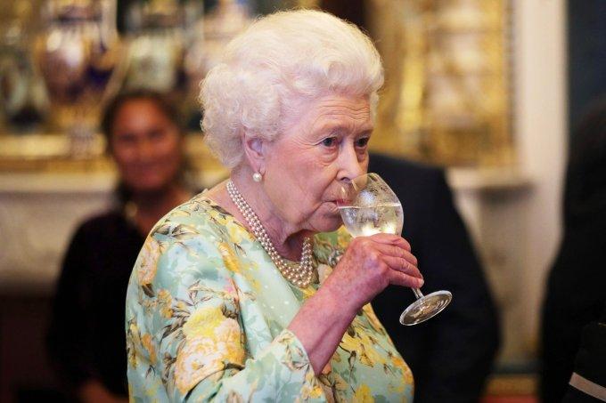 rainha-elizabeth-cerveja