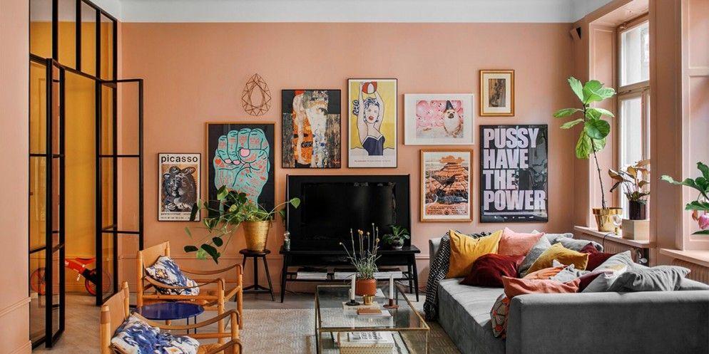 Sala com quadros na parede pintada na or pêssego