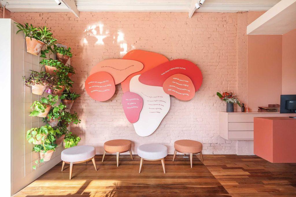 Espaço decorado com cores quentes