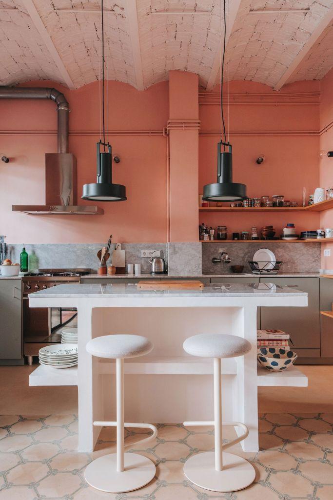 Cozinha com meia parede pintada na cor pêssego