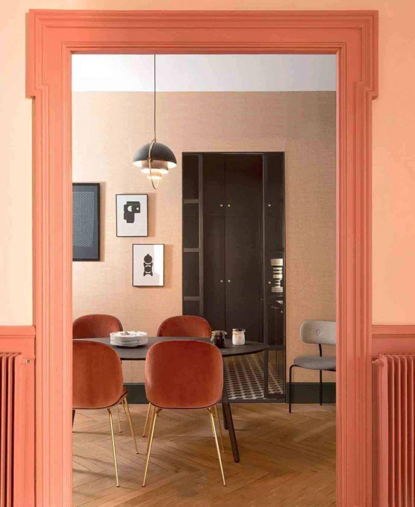 Sala de jantar com batentes pintados de laranja