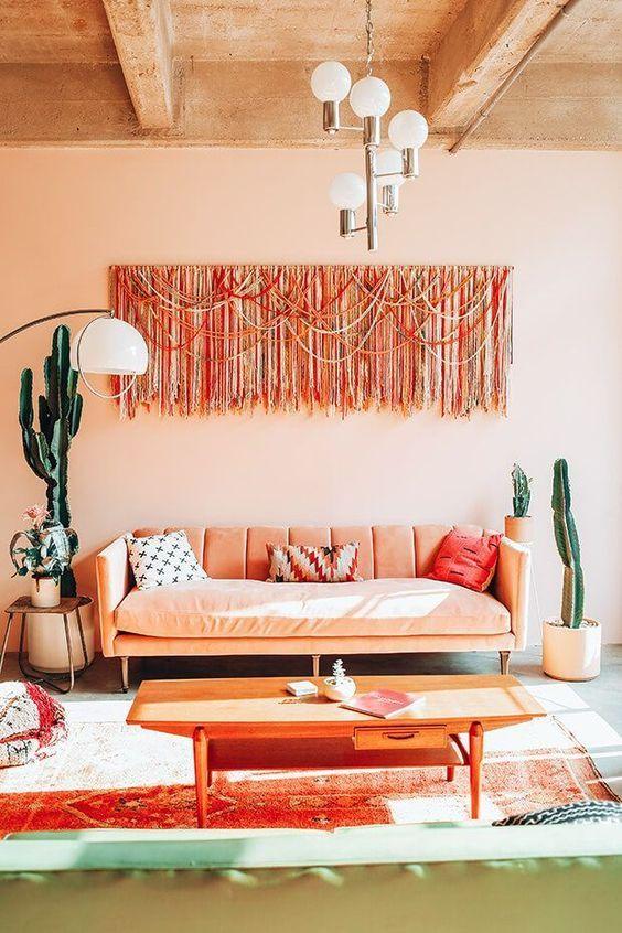 Sala de estar com móveis e paredes na cor pêssego