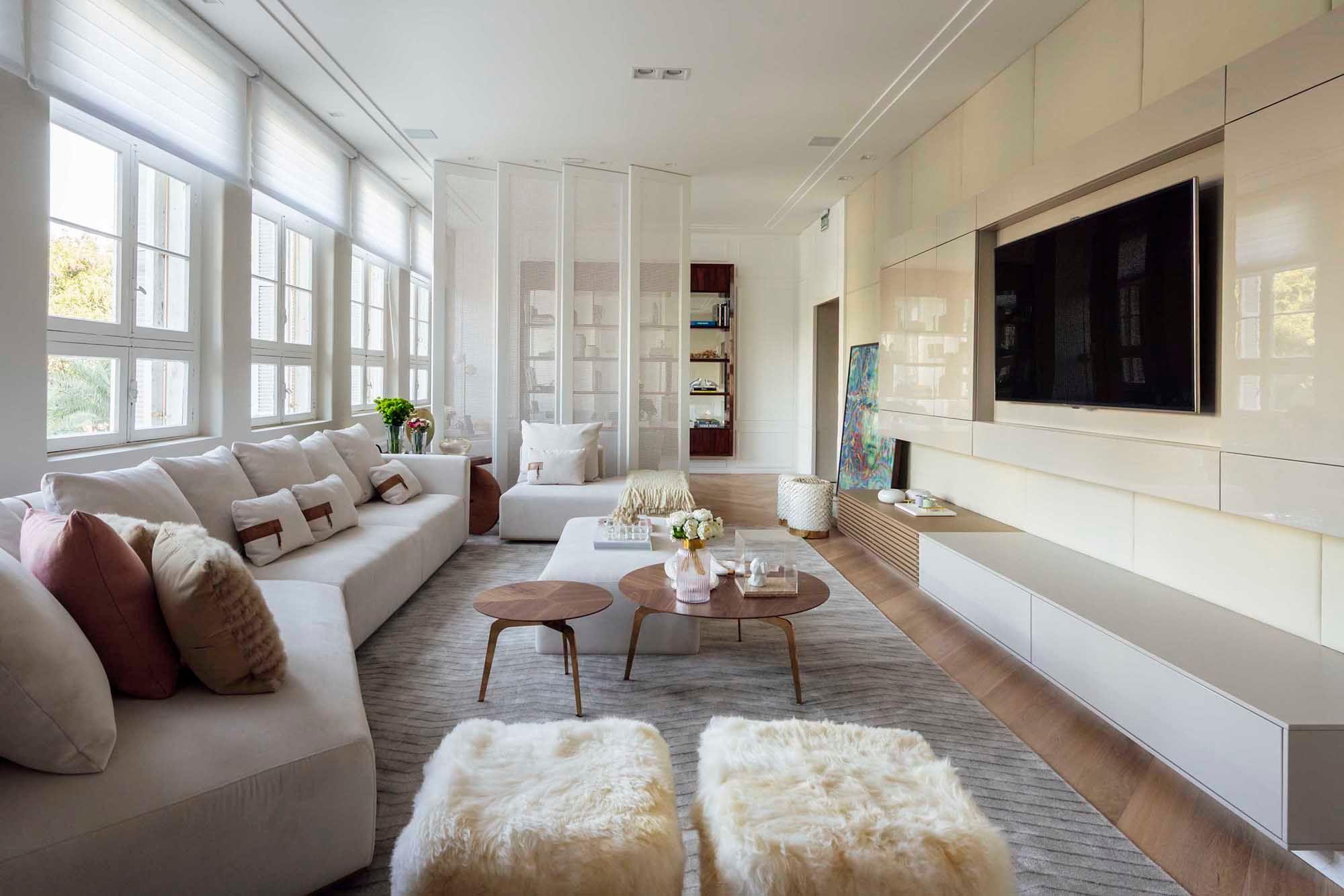 Sala com paredes e moveis brancos decorada para o inverno