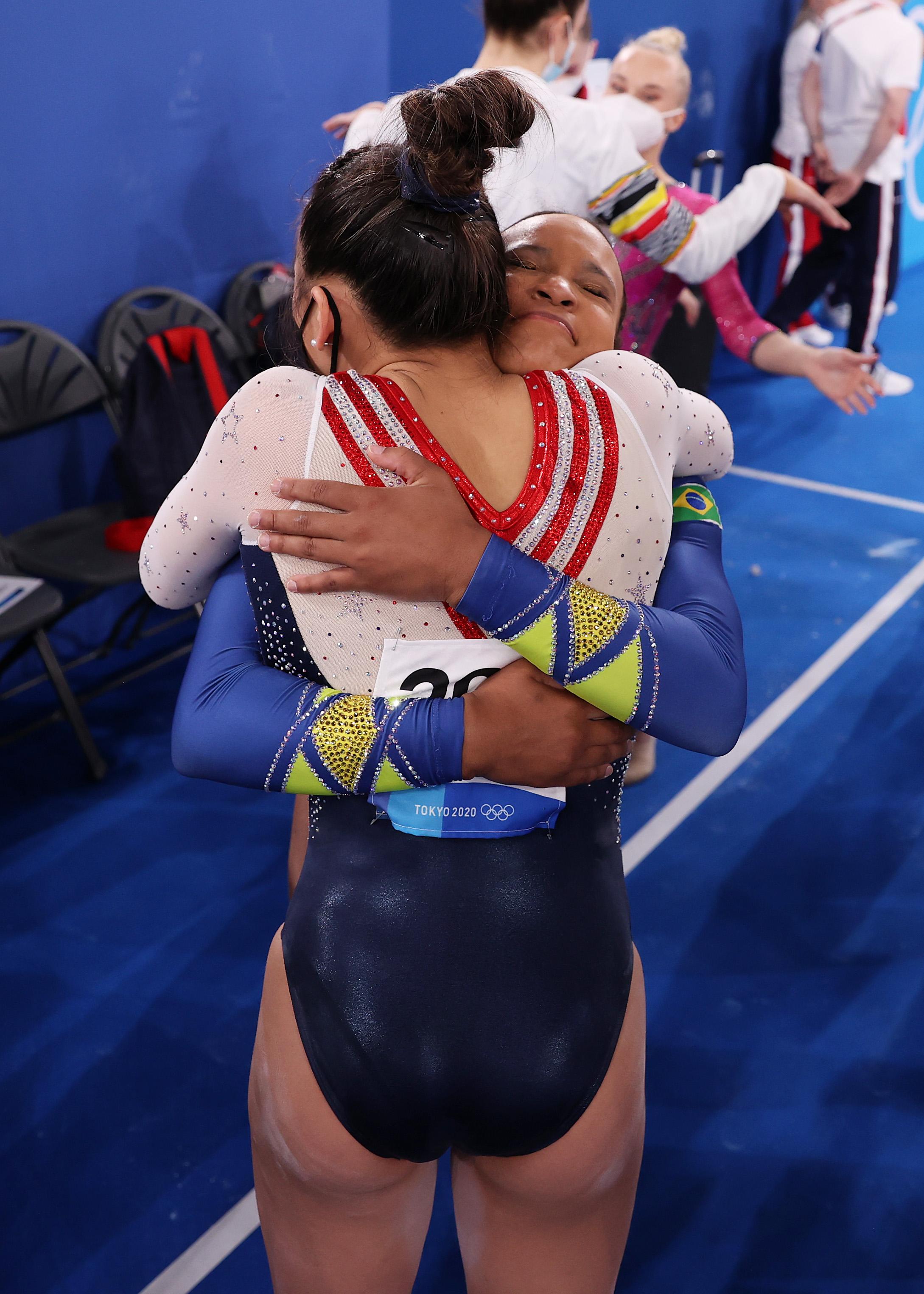 rebeca andrade abraçando ginasta da seleção dos EUA