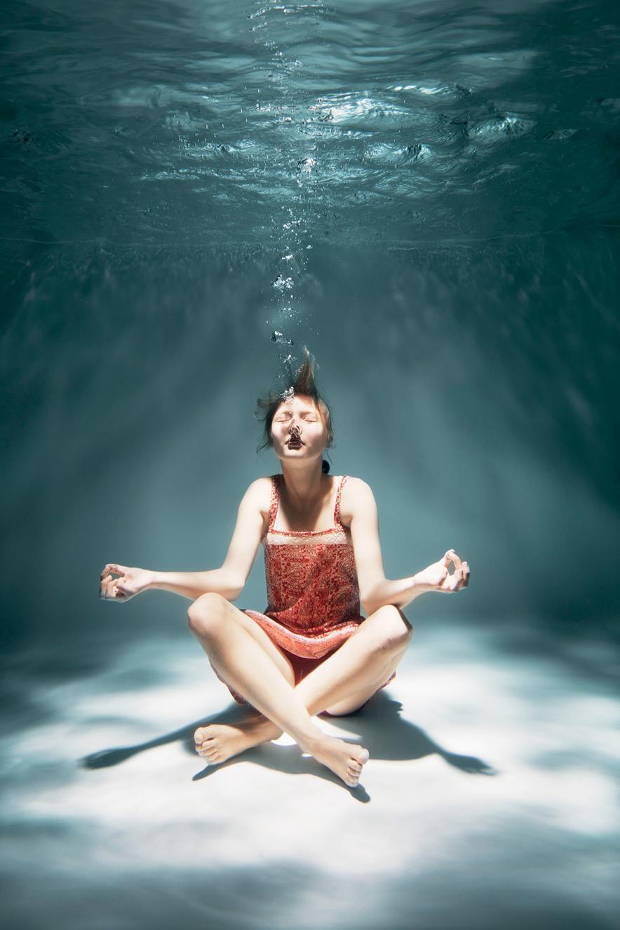 Mulher meditando debaixo da água