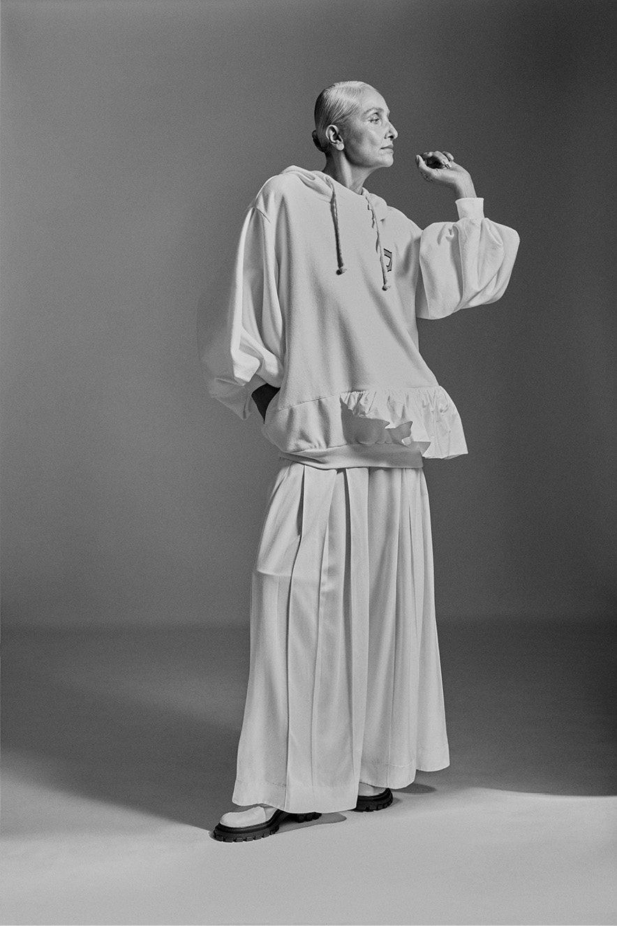 Modelo usando roupas oversized