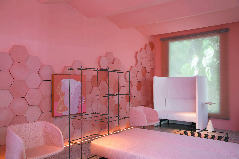 Ambiente monocromático na cor rosa