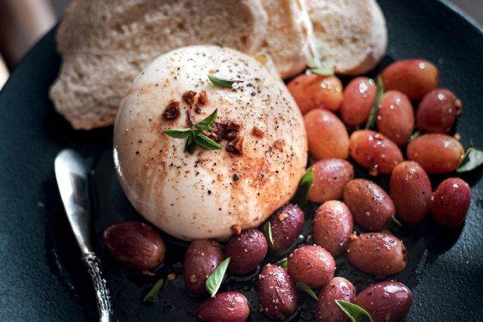 Burrata com uvas ao balsâmico