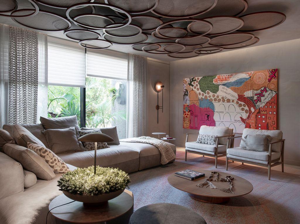 Sala de estar com tapete colorido e tons terrosos