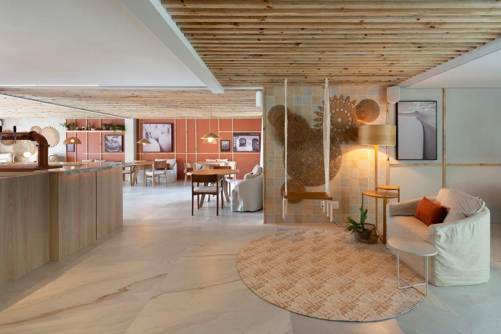 Sala de estar com tapete de fibras naturais e piso de madeira