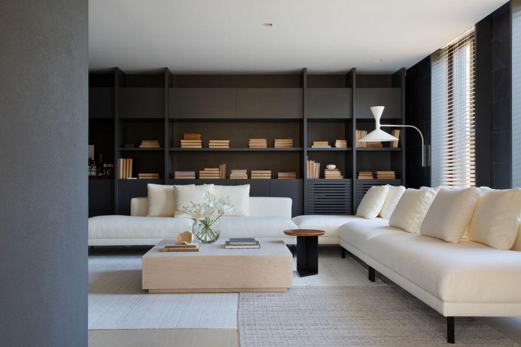 sala de estar com sofá branco e estante preta