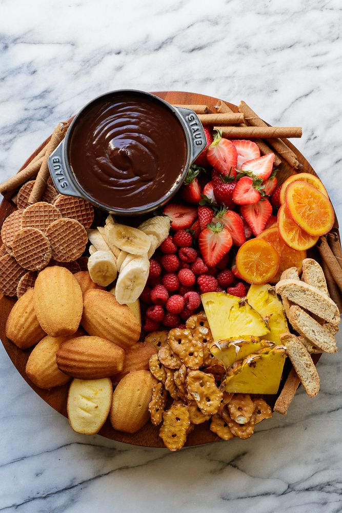 Fondue de chocolate com tábua de frutas e bolachas