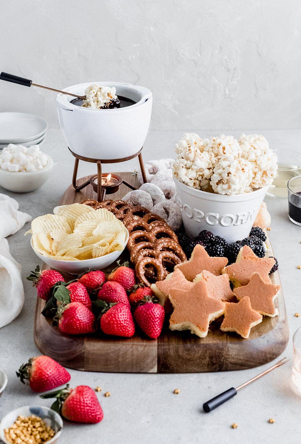 Fondue de chocolate com frutas e bolos
