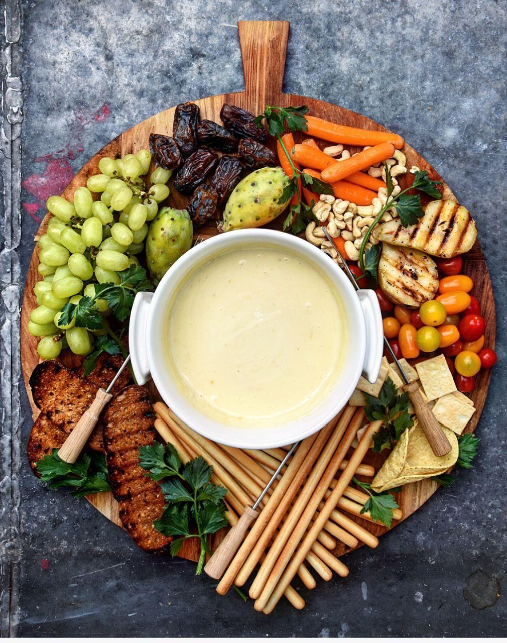 tábua com frutas e frios para servir fondue