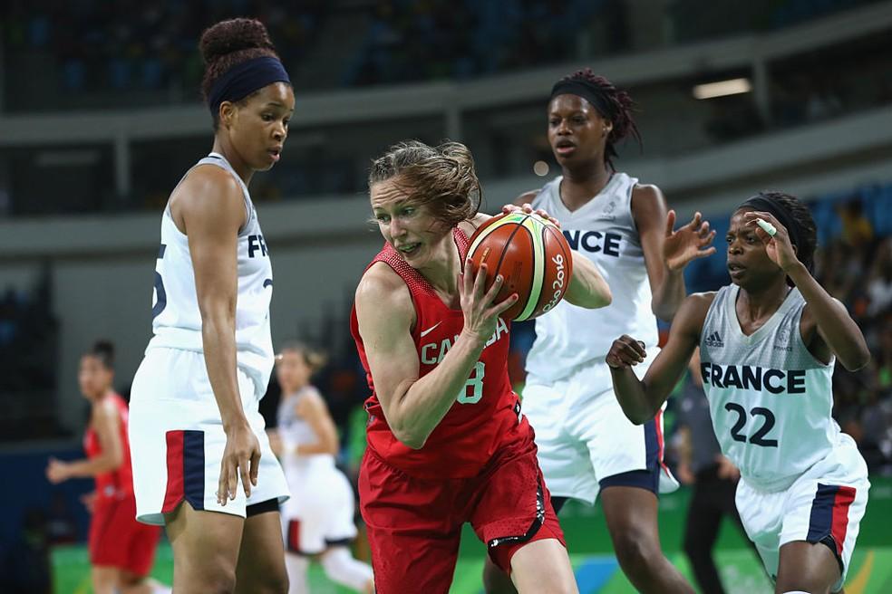 Canadense jogadora de basquete e mãe lactante, Kim Gaucher