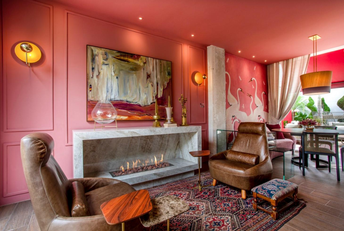 Ambiente com paredes rosa e lareira