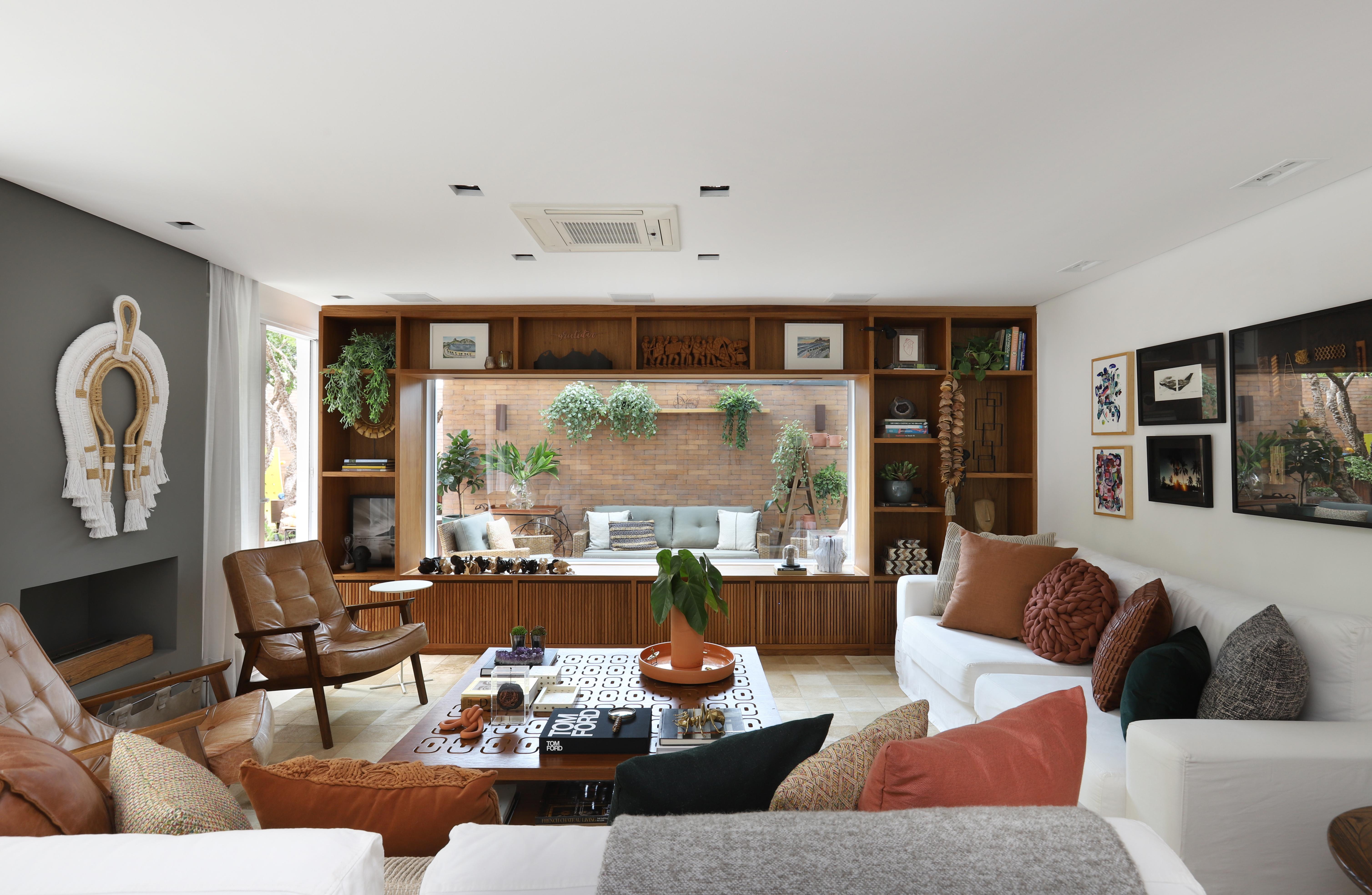 Sala com estante de madeira